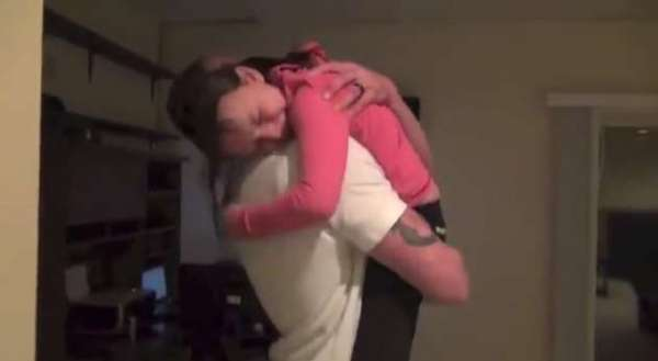 Marine Father Cleverly Surprises His Daughters When He Comes Home Early