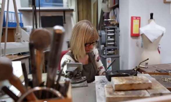 Jeweler Creates Miniature Designs - Despite Having No Fingers