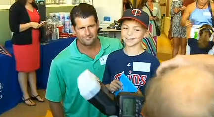 scott-erickson-at-autographs-in-reverse-event-screengrab-wcco