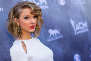 Taylor Swift Comforts Girl Who Was Bullied