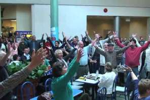 "Christmas Flash Mob Surprises Diners With ""Hallelujah Chorus"" In A Food Court"