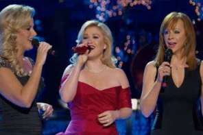 "Kelly Clarkson Is Joined By Reba McEntire and Trisha Yearwood To Sing An Amazing Rendition Of ""Silent Night"""
