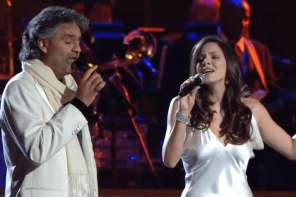 """Andrea Bocelli And Katherine Mcphee Sing An Amazing Duet Of """"The Prayer"""""""