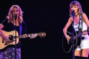 "Taylor Swift And Lisa Kudrow Sing Duet Of ""Smelly Cat"""