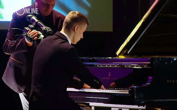Russian Piano Players wihout fingers