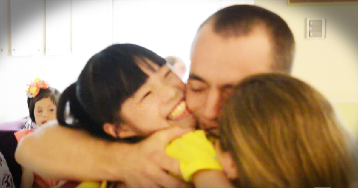 Couple Picks Up Adopted Child In China And Gets The Warmest Welcome Imaginable