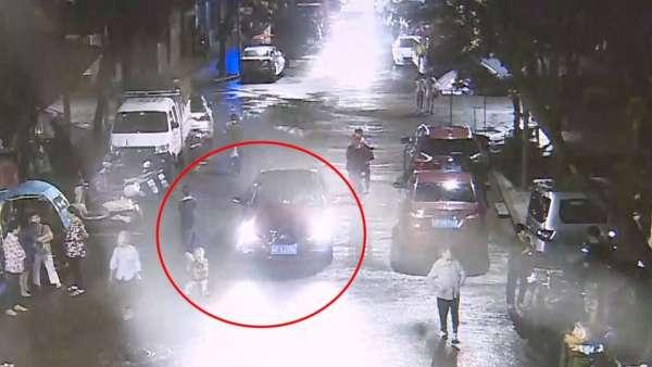 samaritans lift car to free run over child